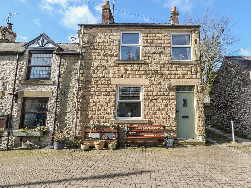 MILFORD HOUSE, featured fireplace, beamed ceiling, stone-built, Tideswell, Ref, vacation rental in Litton Mill