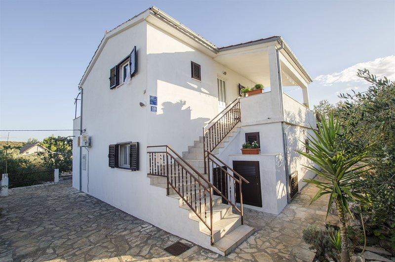 Apartments Zdenko, holiday rental in Maslinica