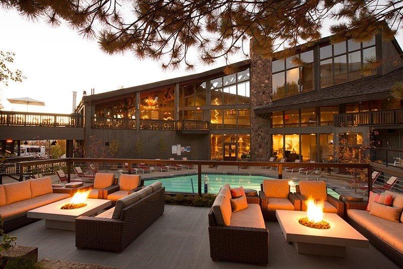 Plongez dans la belle piscine extérieure commune par une chaude journée!