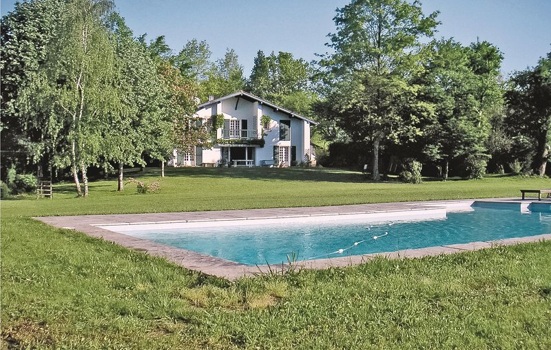 Amazing home in Ascain with WiFi and 5 Bedrooms (FAP707), vacation rental in Lesaka