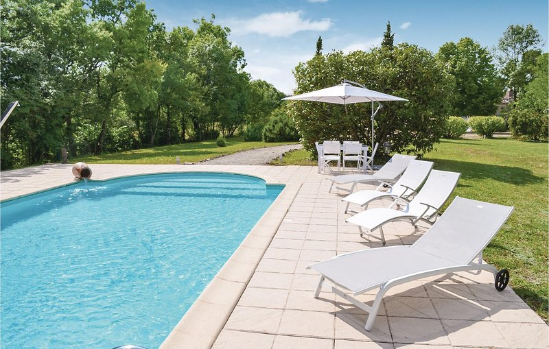 Stunning home in Laussou with WiFi and 2 Bedrooms (FAT028), holiday rental in Villereal