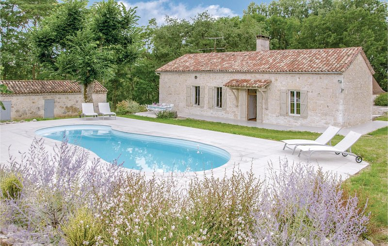 Nice home in Sembas with WiFi, Outdoor swimming pool and 5 Bedrooms (FAT049), aluguéis de temporada em Sainte-Colombe-de-Villeneuve