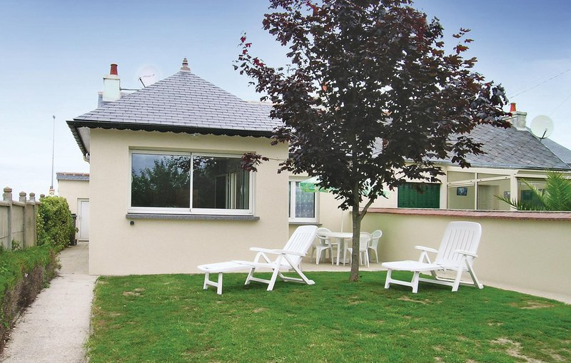 Nice home in Trévou Treguignec with WiFi and 3 Bedrooms (FBC176), holiday rental in Trevou-Treguignec