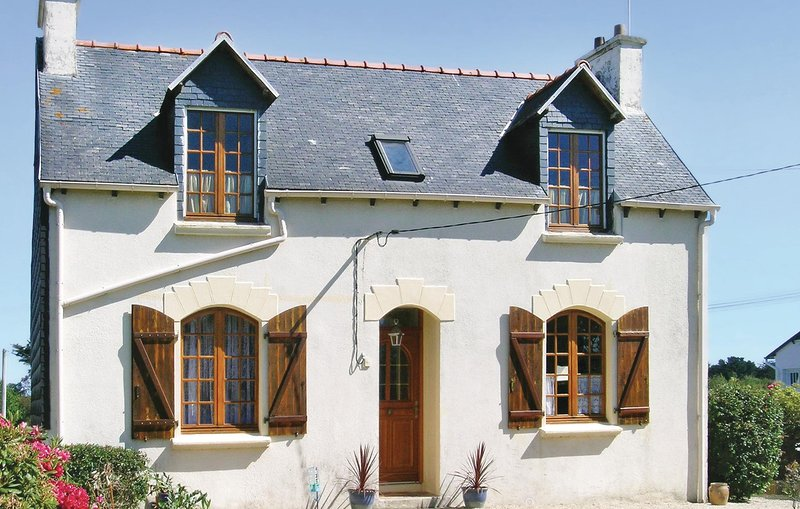 Nice home in Pleubian with 3 Bedrooms (FBC285), casa vacanza a Pleubian