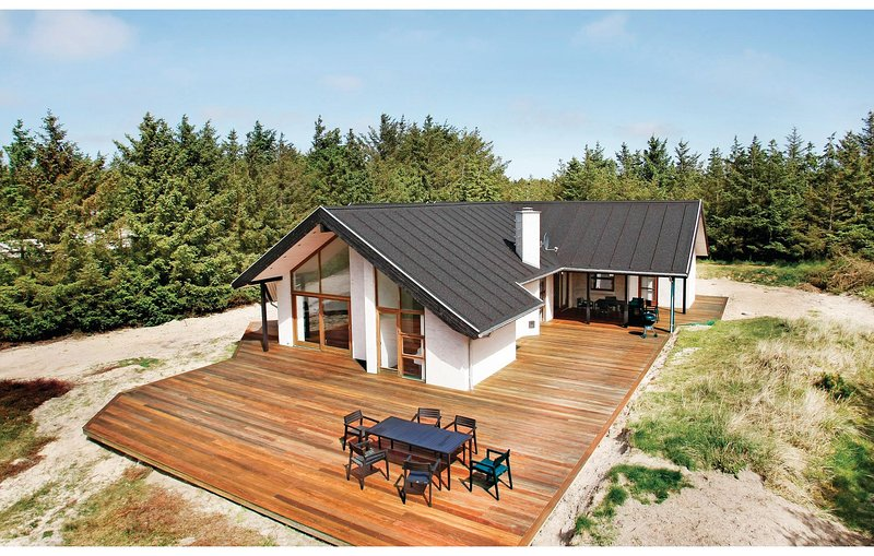 Awesome home in Løkken w/ Sauna, WiFi and 4 Bedrooms, holiday rental in Jammerbugt Municipality