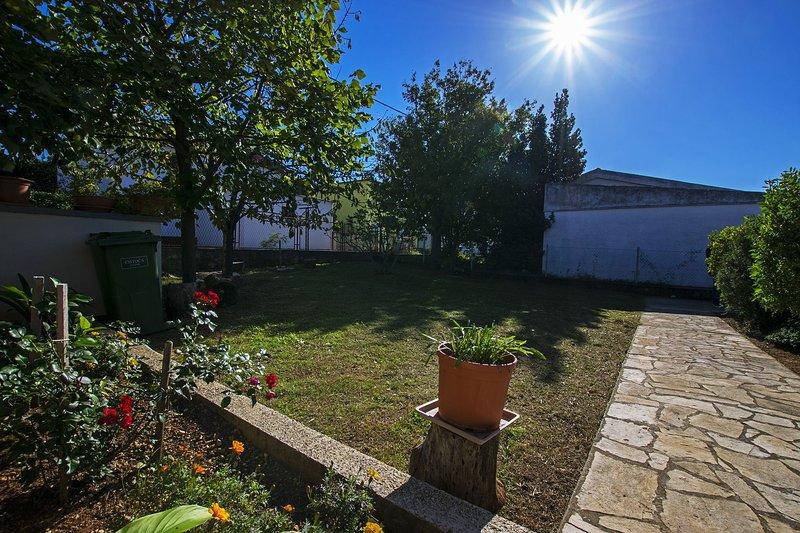 Apartment Nekić-on quiet location with nice garden, holiday rental in Seline