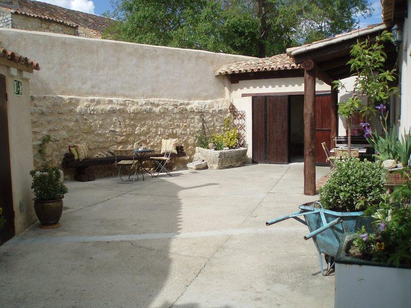 Casa rural LINDO HUESPED con patio privado en Villasexmir, Valladolid. 9 plazas., vacation rental in Castrodeza