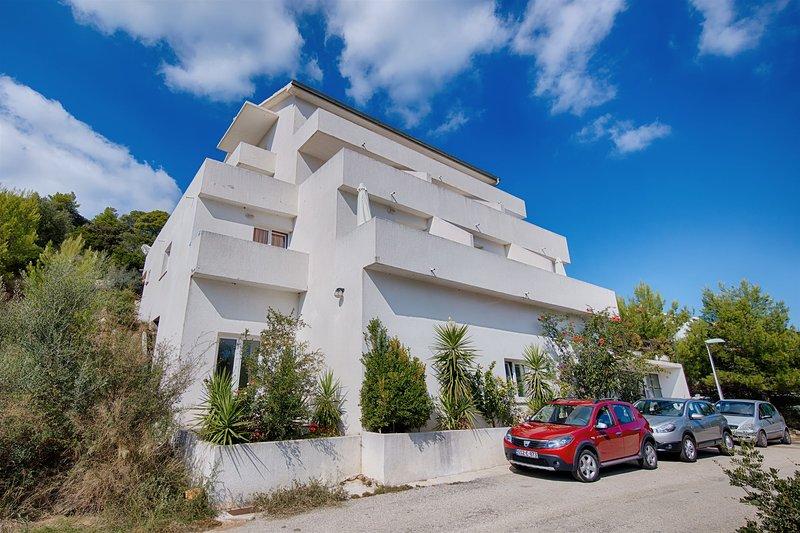 Apartments Daniela, vacation rental in Pasadur