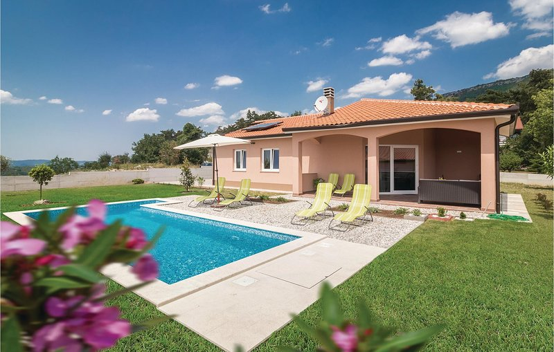 Stunning home in Roc with WiFi and 3 Bedrooms (CIC565), holiday rental in Roc