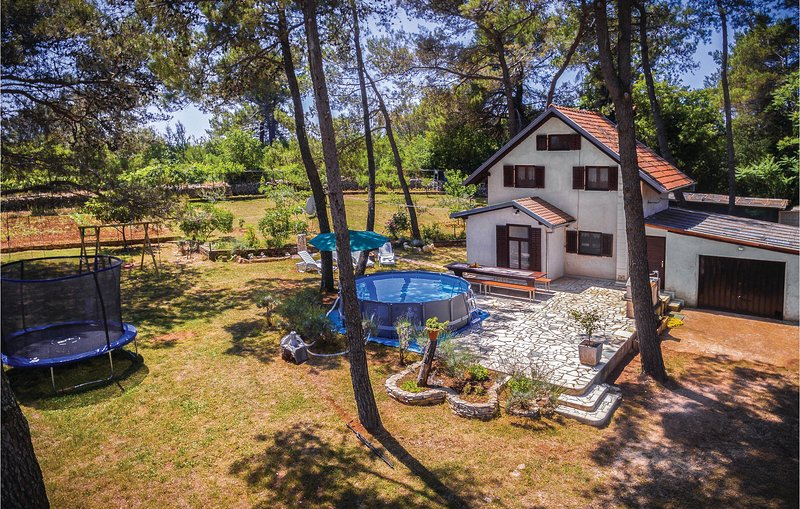 Awesome home in Vodnjan with WiFi and 2 Bedrooms (CIC638), location de vacances à Jursici