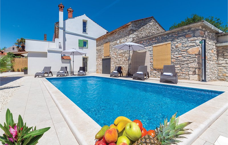 Beautiful home in Duga Uvala with WiFi and 2 Bedrooms (CIC659), casa vacanza a Peruski