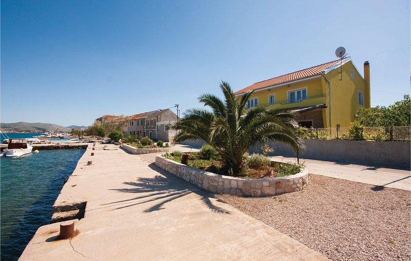 Stunning home in Sibenik with WiFi and 1 Bedrooms (CDV819), alquiler de vacaciones en Krapanj