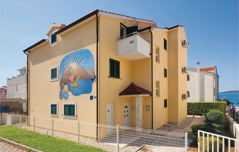 Stunning home in Brodarica with WiFi and 2 Bedrooms (CDV882), alquiler de vacaciones en Krapanj