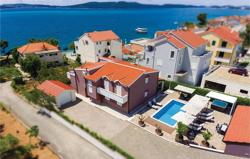 Awesome home in Brodarica with Jacuzzi, WiFi and 6 Bedrooms (CDV918), alquiler de vacaciones en Krapanj