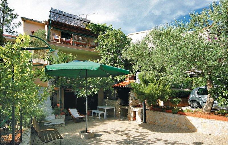 Beautiful home in Zaboric with WiFi and 3 Bedrooms (CDV946), location de vacances à Zaboric