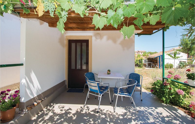 Awesome home in Linardici with WiFi and 1 Bedrooms (CKK857), casa vacanza a Nenadici