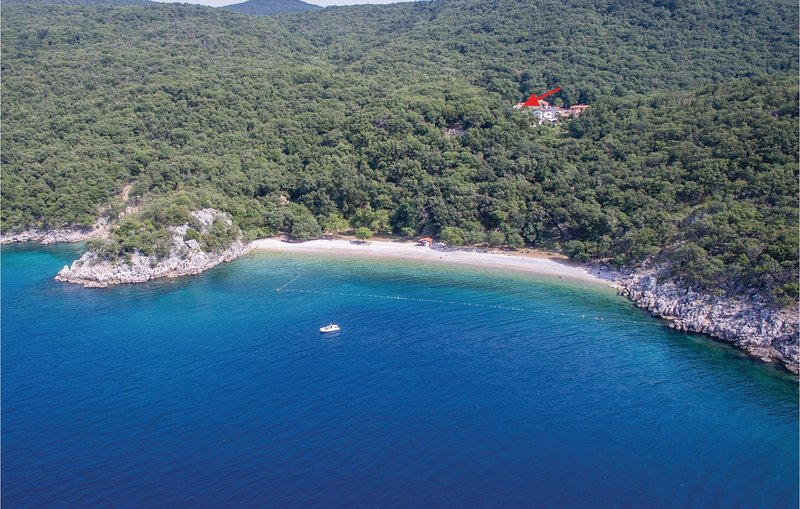 Stunning home in Cres with WiFi and 2 Bedrooms (CKL204), vacation rental in Porozina