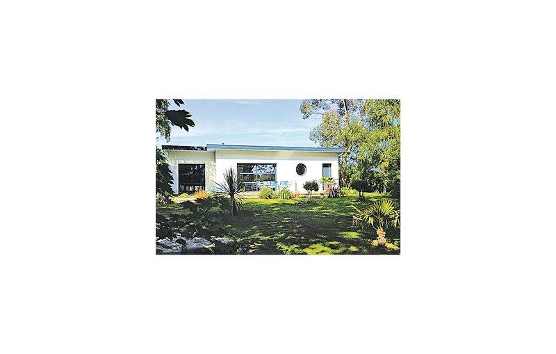 Nice home in Plobannalec-Lesconil with 3 Bedrooms (FBF536), location de vacances à Lesconil