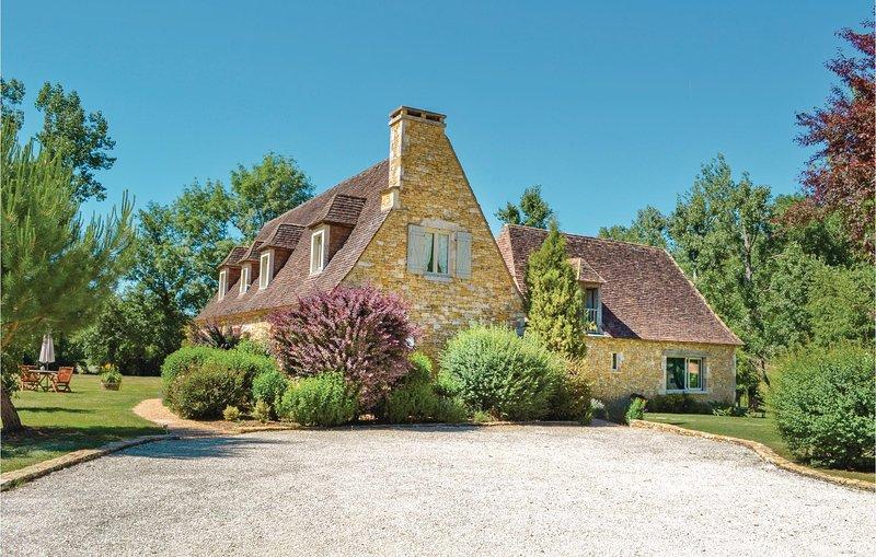 Prachtig vakantiehuis met buiten- en binnenzwembad en whirpool (FAD731), holiday rental in La Cassagne