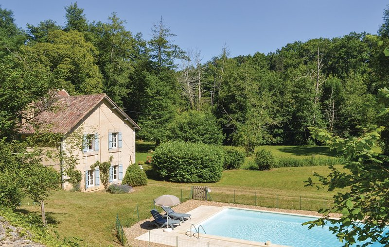 Nice home in Mouleydier with WiFi and 3 Bedrooms (FAD774), holiday rental in Creysse