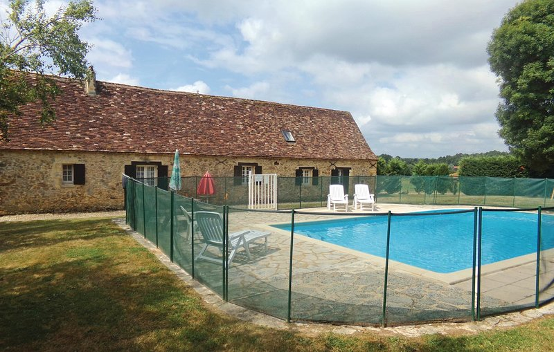 Stunning home in Eglise Neuve D'Issac with WiFi and 4 Bedrooms (FAD771), aluguéis de temporada em Bourgnac