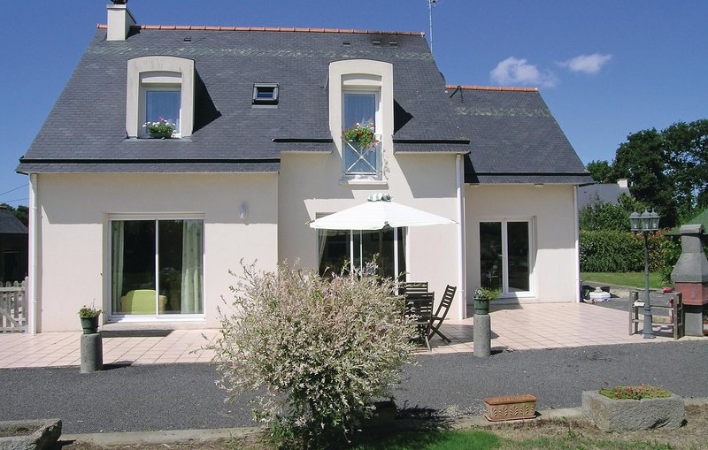 Nice home in Roz-Landrieux with WiFi and 2 Bedrooms (FBI098), location de vacances à Mont-Dol