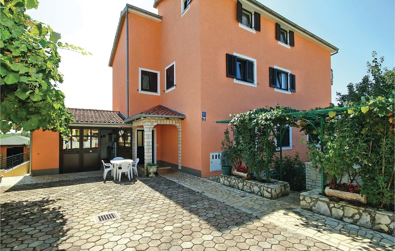 Stunning home in Zbandaj with WiFi and 2 Bedrooms (CIE613), alquiler vacacional en Zbandaj