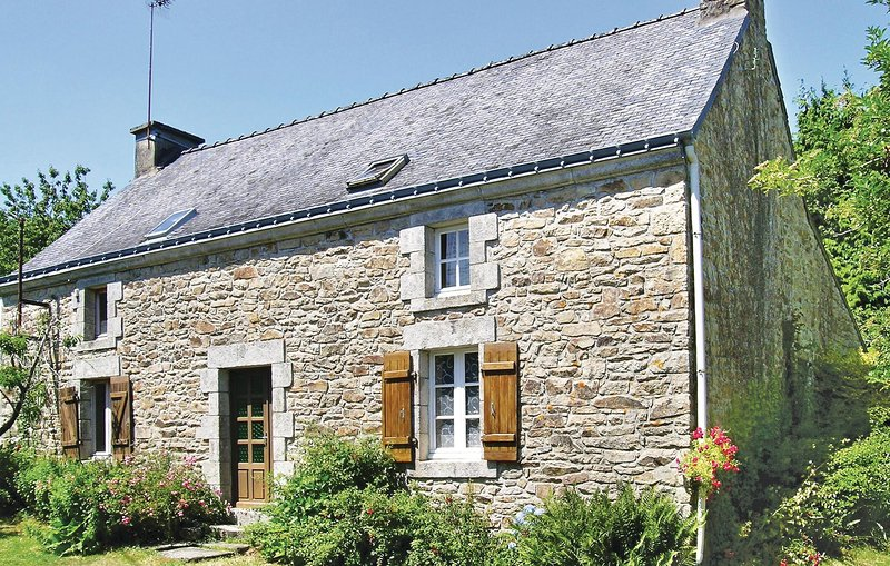 Awesome home in Lanvaudan with 2 Bedrooms (FBM067), location de vacances à Plouay