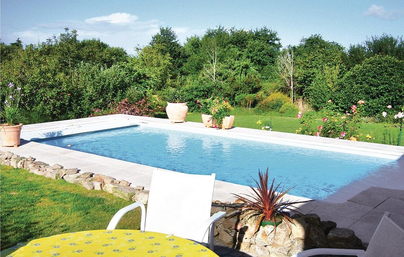 Awesome home in Cadouarn with 2 Bedrooms and WiFi (FBM015), location de vacances à Saint-Armel