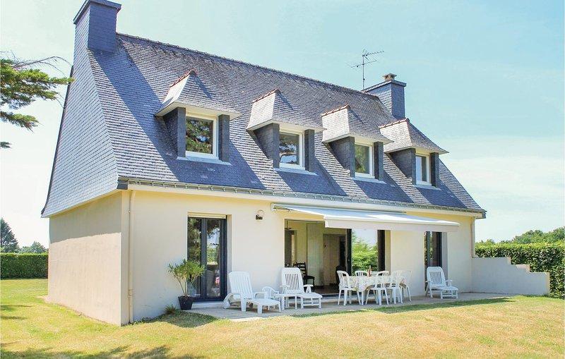 Nice home in Locoal-Mendon with 4 Bedrooms (FBM006), location de vacances à Sainte-Hélène