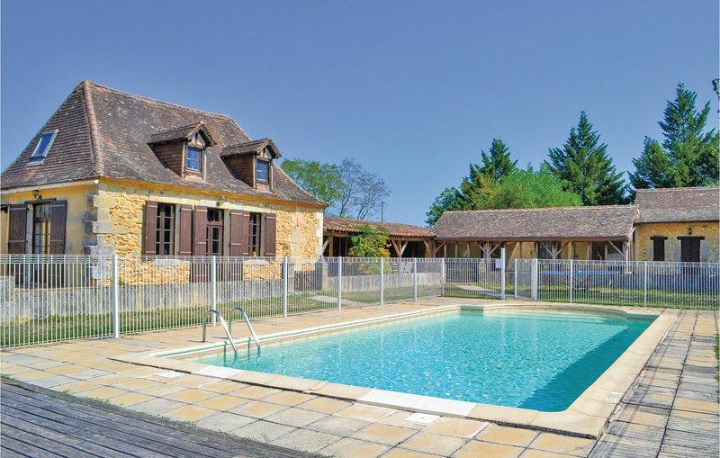 Nice home in Eglise Neuve D'Issac w/ WiFi and 5 Bedrooms (FAD799), holiday rental in Saint-Medard-de-Mussidan