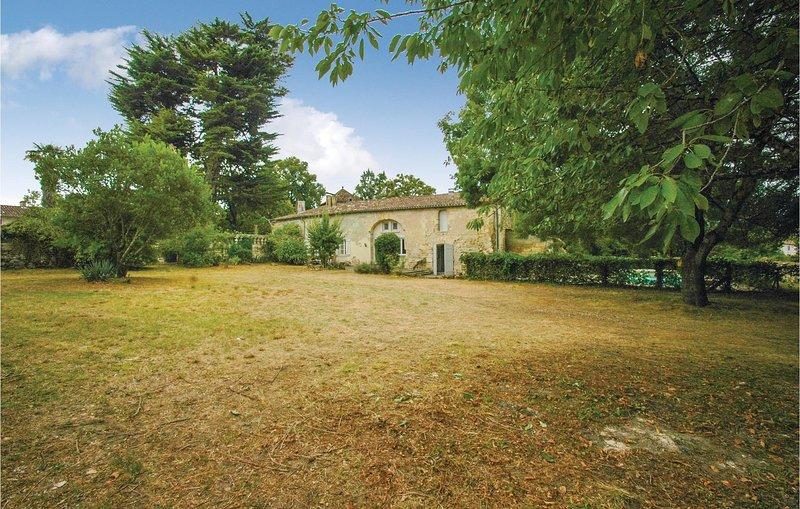 Beautiful home in St Germain with 4 Bedrooms (FAG701), location de vacances à Cubzac-Les-Ponts