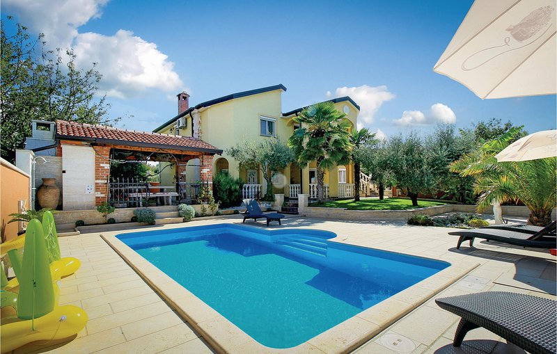 Stunning home in Porec with WiFi and 2 Bedrooms (CIE654), location de vacances à Kosinozici