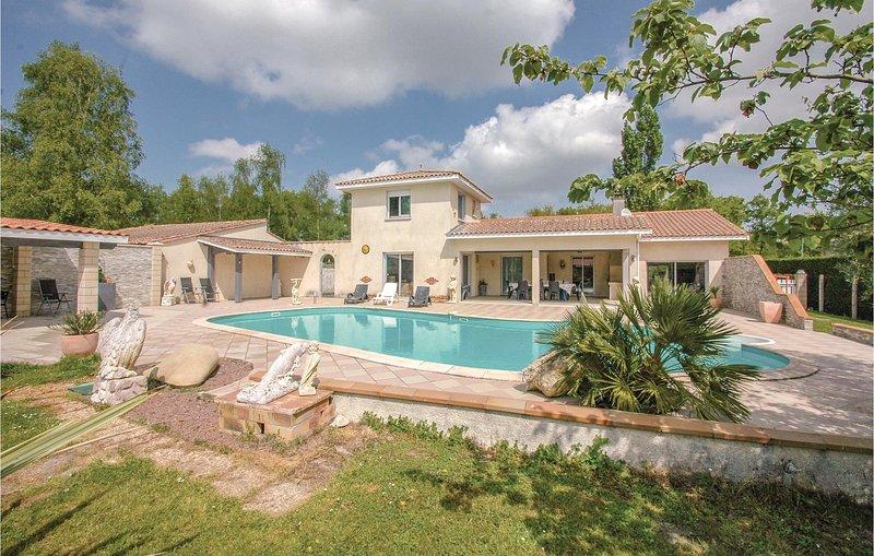 Beautiful home in Saint-Vivien-de-Medoc with 4 Bedrooms (FAG704), location de vacances à Talais