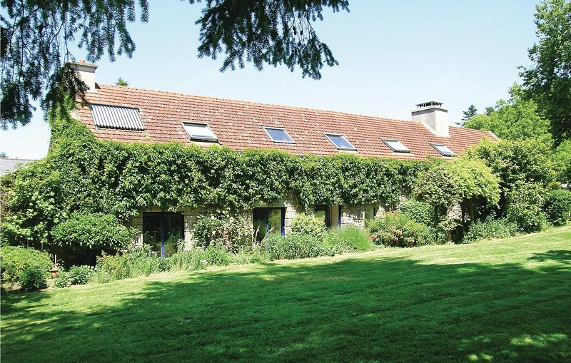 Nice home in Hennebont with WiFi and 4 Bedrooms (FBM703), location de vacances à Plouay