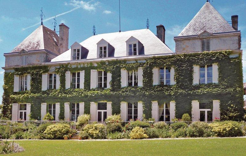 Droomvakantie in een kasteel in een groene omgeving (FAG055), holiday rental in Loupiac
