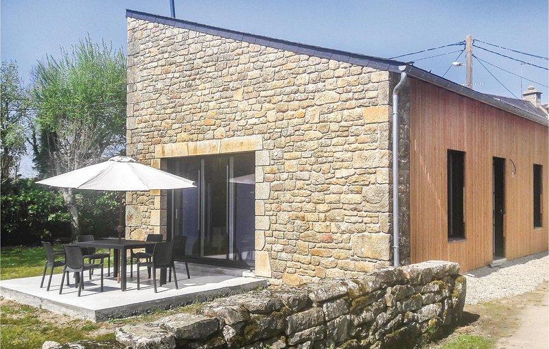 Beautiful home in Erdeven with WiFi and 3 Bedrooms (FBM227), location de vacances à Erdeven