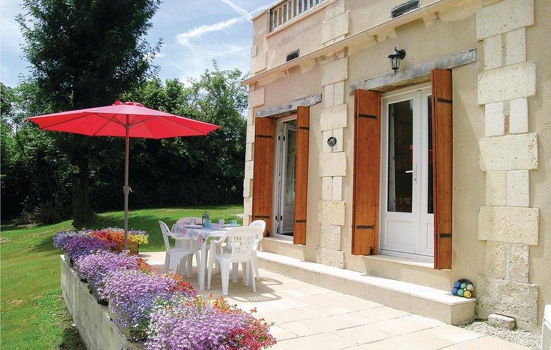 Awesome home in La Barde with WiFi and 3 Bedrooms (FCH023), location de vacances à Les Eglisottes-et-Chalaurès