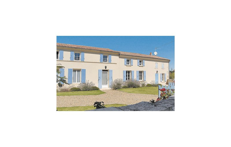 Nice home in Romegoux with Outdoor swimming pool and 5 Bedrooms (FCH042), location de vacances à Saint-Porchaire