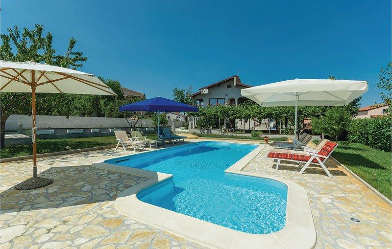 Beautiful home in Porec with WiFi and 2 Bedrooms (CIE820), alquiler vacacional en Zbandaj