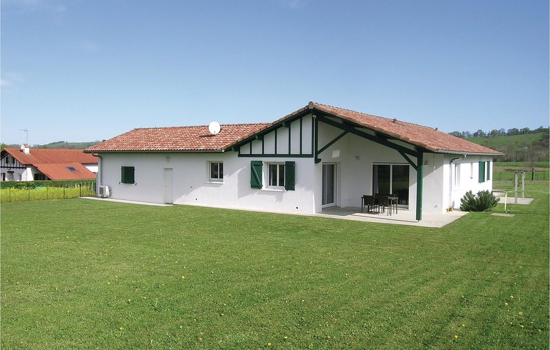 Amazing home in Aicirits Camou Suhast with WiFi and 4 Bedrooms (FAP063), holiday rental in Masparraute