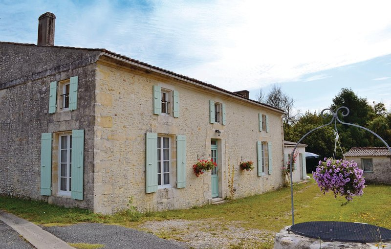 Beautiful home in St Andre de Lidon with WiFi and 3 Bedrooms (FCH039), holiday rental in Montpellier de Medillan