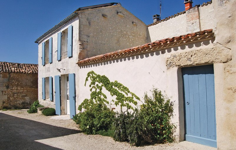 Stunning home in Mortagne with 2 Bedrooms (FCH036), holiday rental in Saint Fort sur Gironde