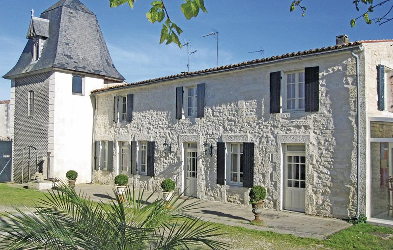 Amazing home in Beurlay with WiFi, Outdoor swimming pool and 2 Bedrooms (FCH046), location de vacances à Saint-Porchaire