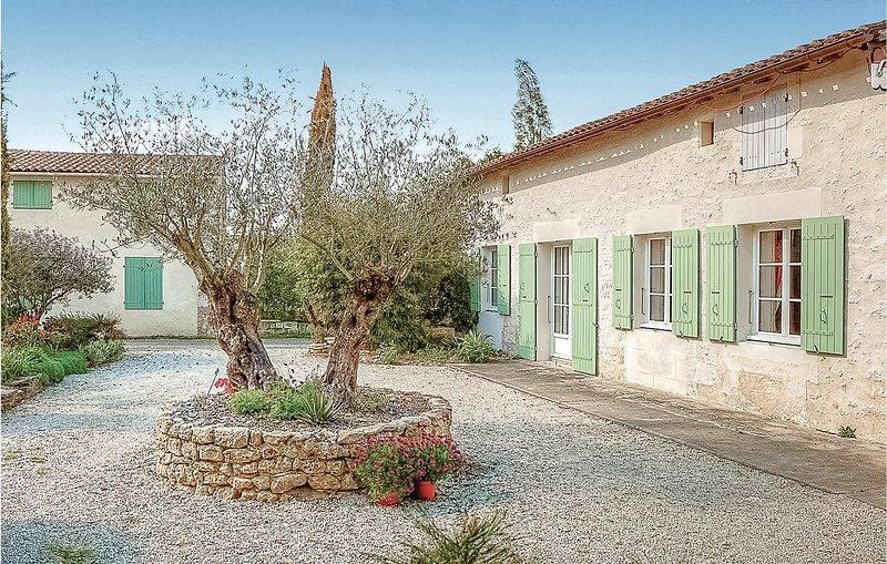 Nice home in Rioux with WiFi and 3 Bedrooms (FCH049), alquiler de vacaciones en Saintes