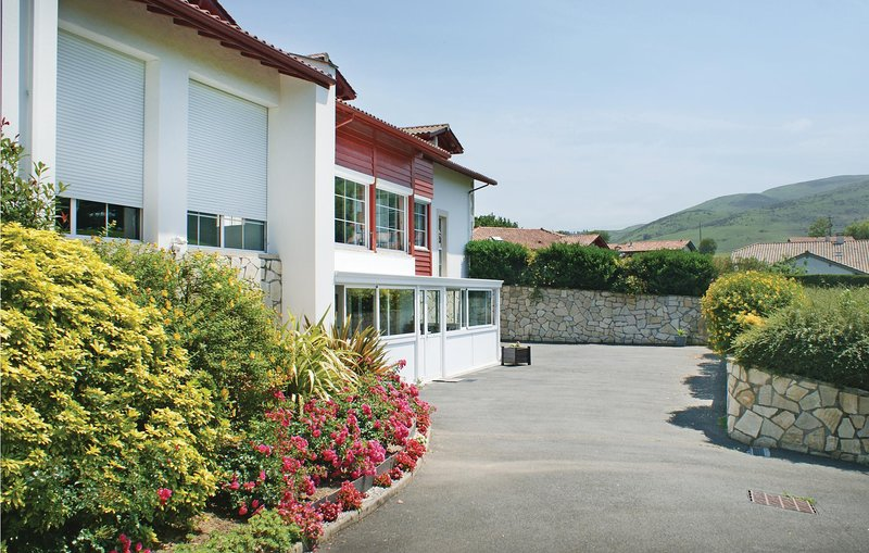 Nice home in Urrugne with WiFi and 2 Bedrooms (FAP021), holiday rental in Urrugne