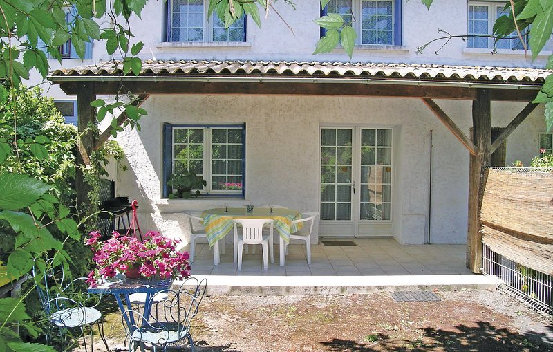 Beautiful home in Arces sur Gironde with 2 Bedrooms (FCH093), vacation rental in Chenac-Saint-Seurin-d'Uzet