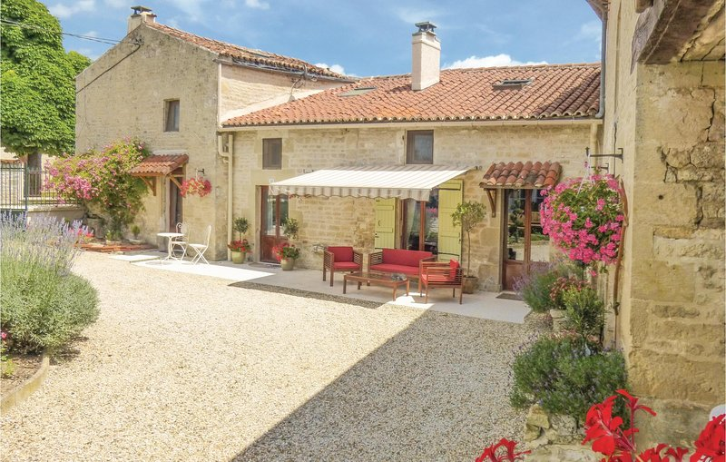 Nice home in Salles lés Aulnay with WiFi and 3 Bedrooms (FCH204), holiday rental in Brioux-sur-Boutonne