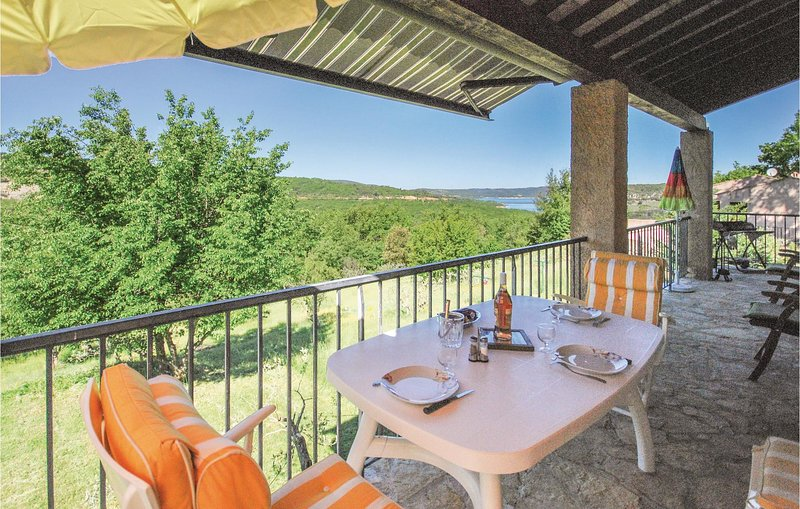 Stunning home in Bauduen with WiFi and 2 Bedrooms (FCV138), holiday rental in La Palud sur Verdon