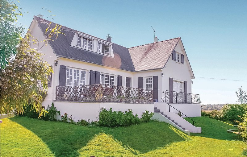 Stunning home in Erquy with WiFi and 3 Bedrooms (FBC346), aluguéis de temporada em Sables-dOr-les-Pins